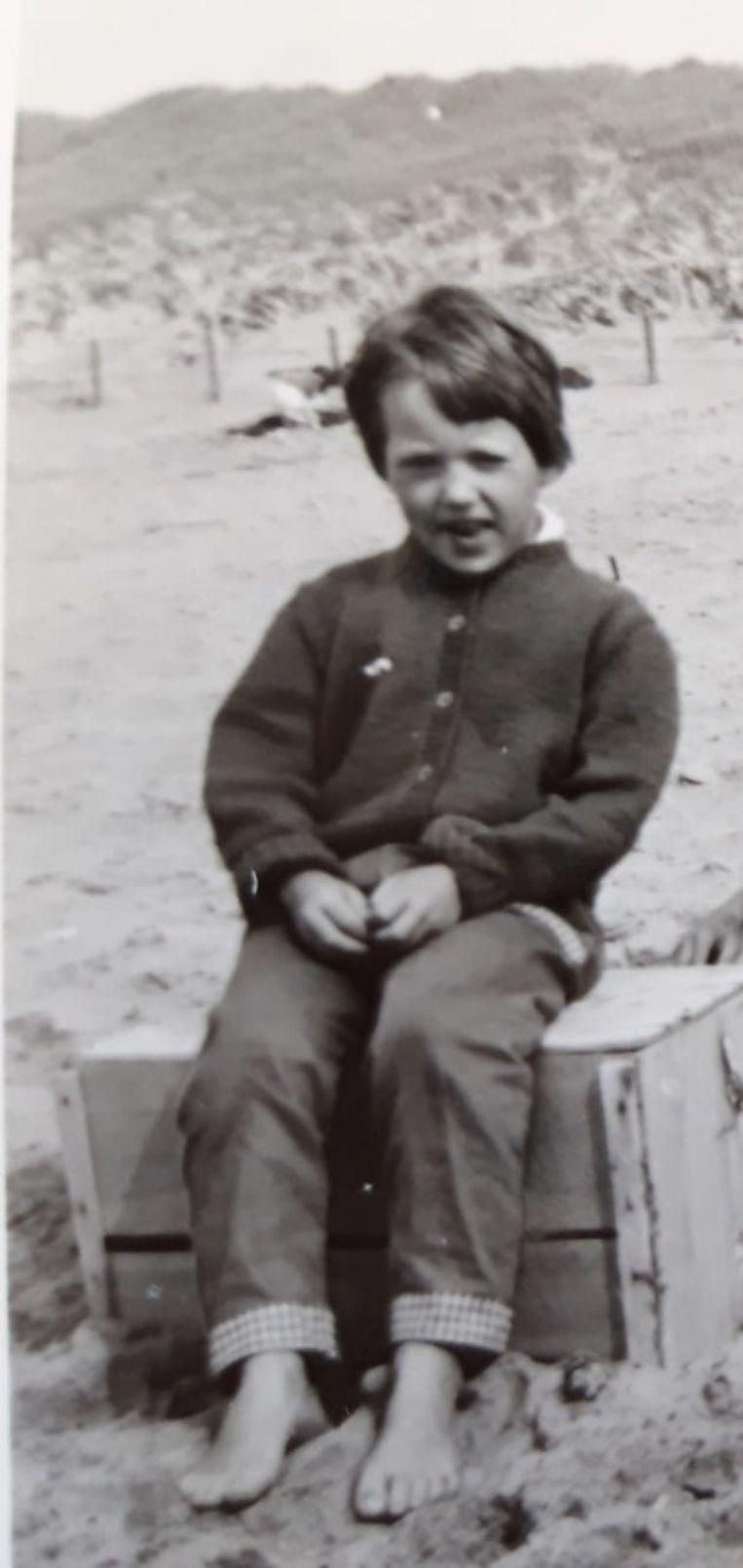 Marjan de Reus  op het strand als zesjarige. Beeld Privécollectie