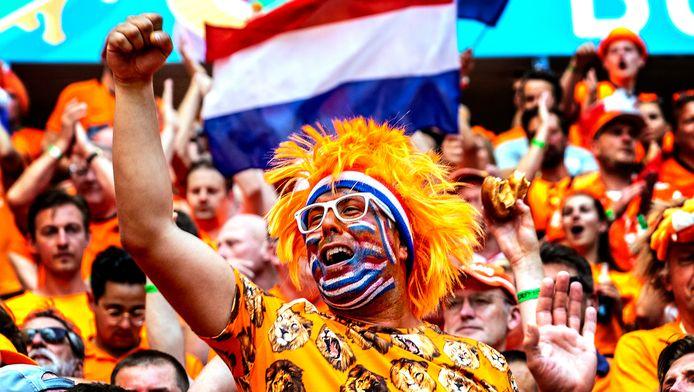 Tienduizenden Oranje-fans bevolken de tribunes van de Puskas Arena om het Nederlands Elftal te steunen in de wedstrijd tegen Tsjechië.  Foto ; Pim Ras