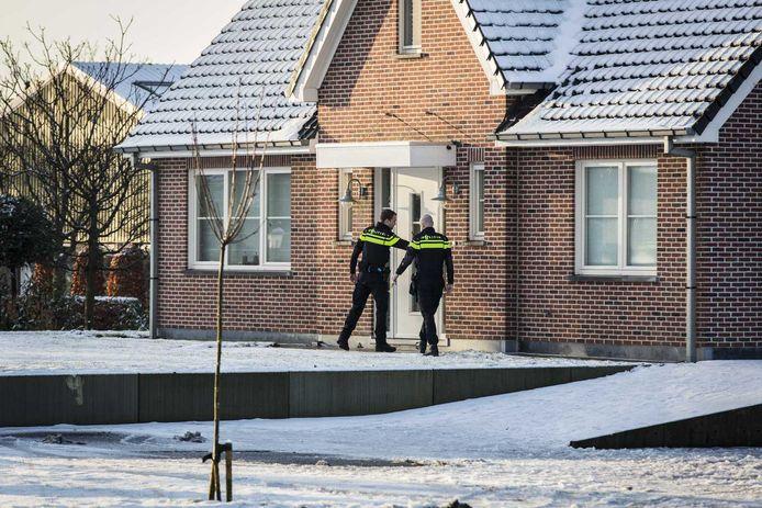 Politie bij het huis van de moeder van de 19-jarige verdachte die bij de NOS binnendrong en met een wapen zendtijd eiste.