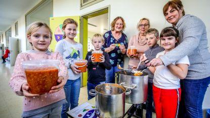 Kinderen maken spaghettisaus voor goede doel