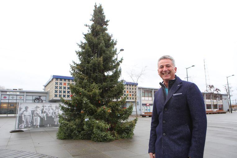Schepen Gary Peeters aan de kerstboom op het Stationsplein.
