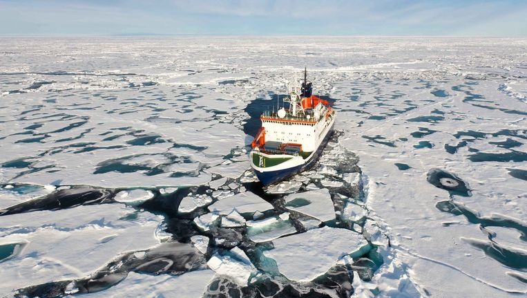 Luchtfoto van onderzoeksschip op Noordelijke IJszee Beeld EPA