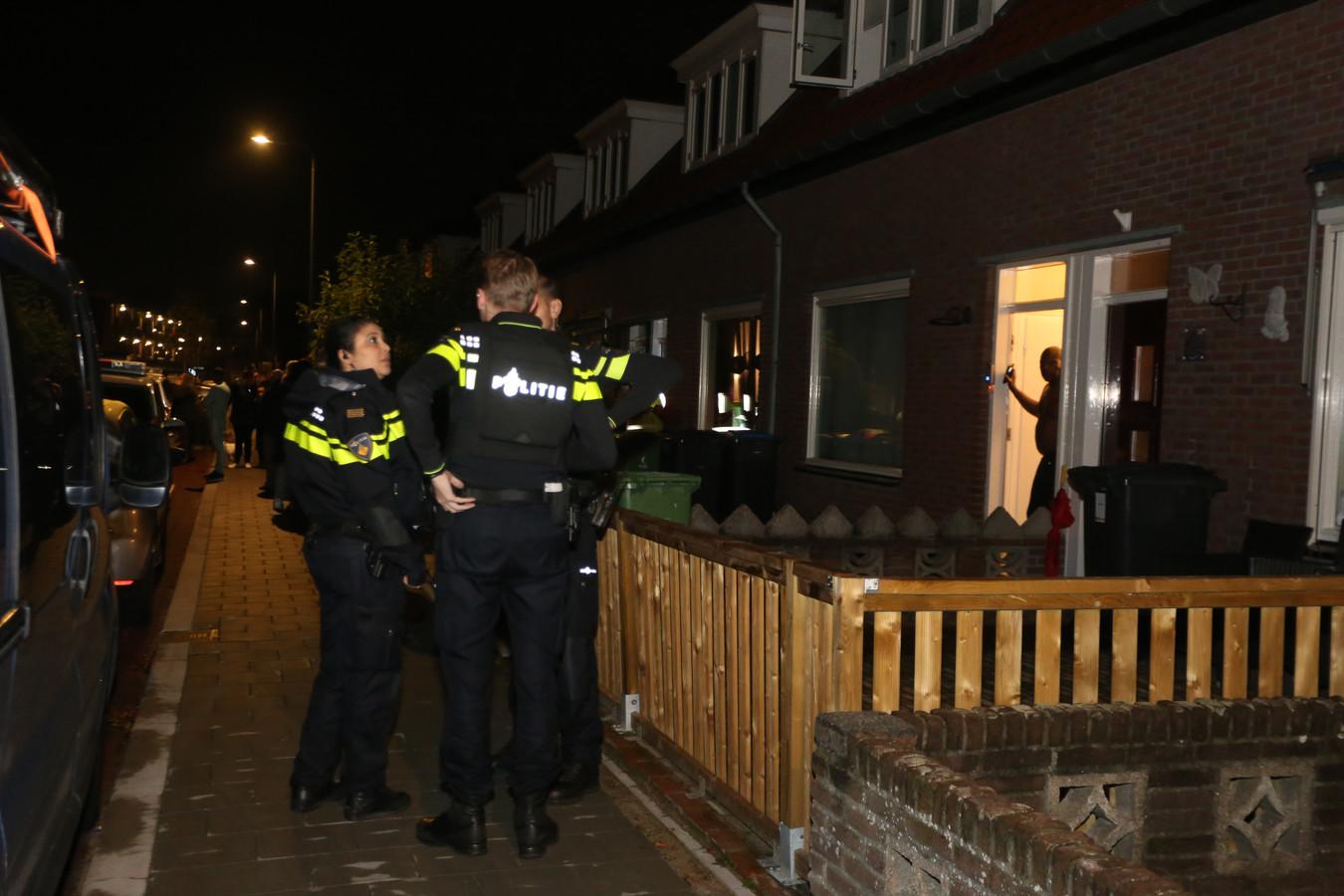 Politie met kogelwerende vesten in de Hoekkampstraat in Den Bosch.