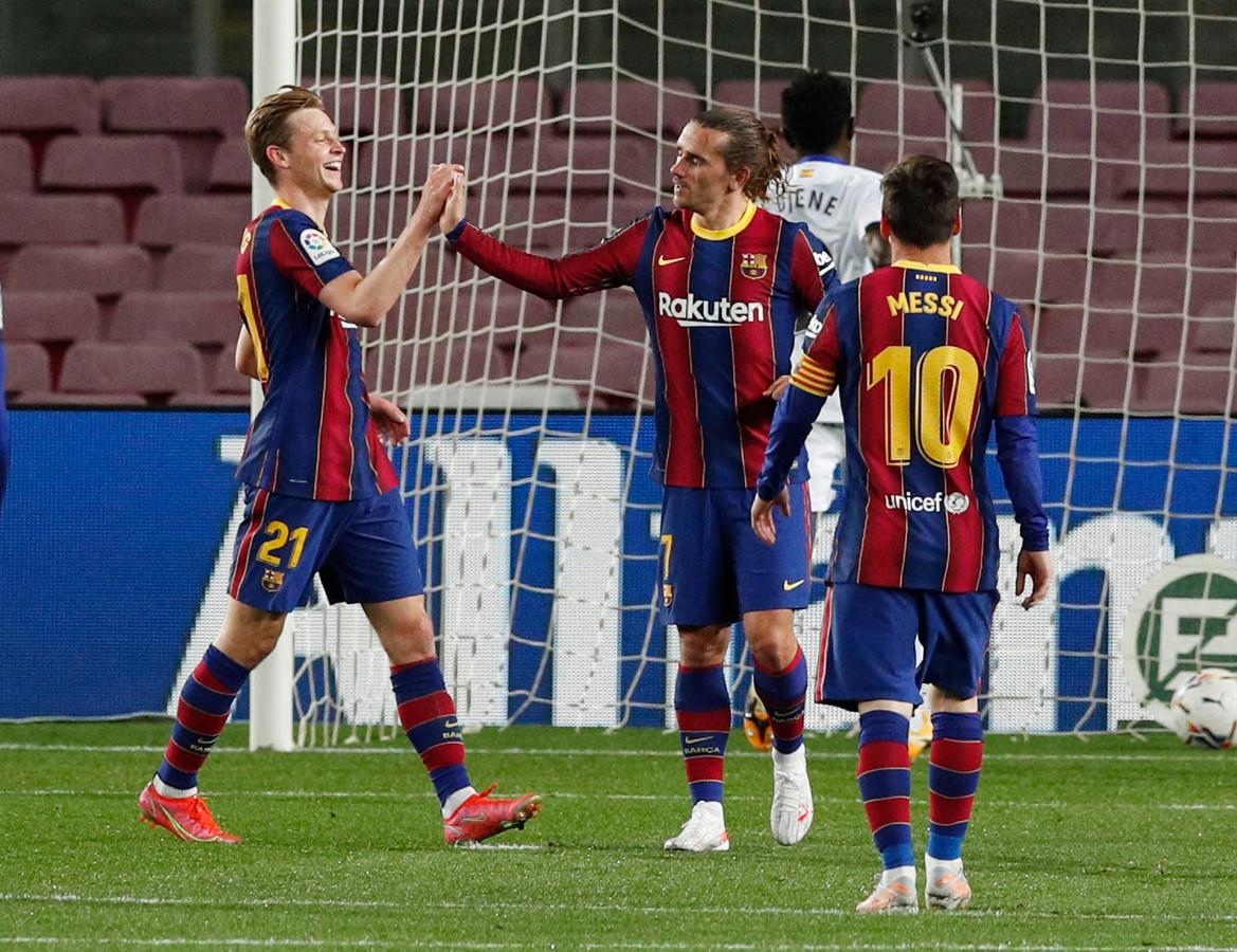 Antoine Griezmann viert het vijfde doelpunt met Frenkie de Jong en Lionel Messi.