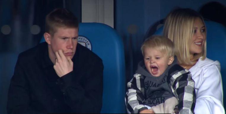 Een gekwetste De Bruyne met Michèle en Mason Milian in de tribunes van Manchester City.