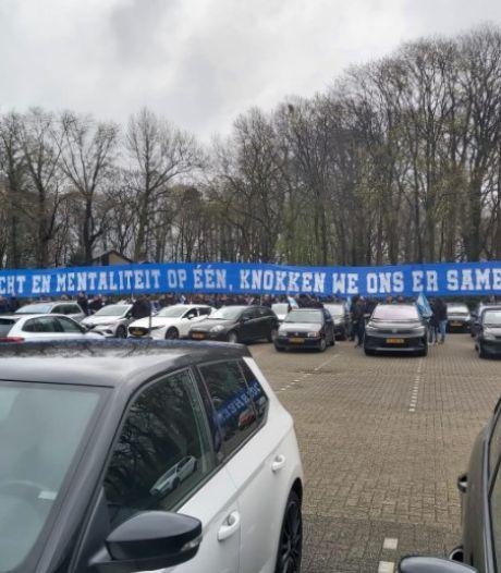 Fans begeleiden spelers De Graafschap in colonne naar stadion voor clash met Go Ahead