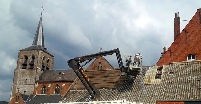 De restauratiewerken aan de schuur naast de pastorij in Noorderwijk zijn van start gegaan.