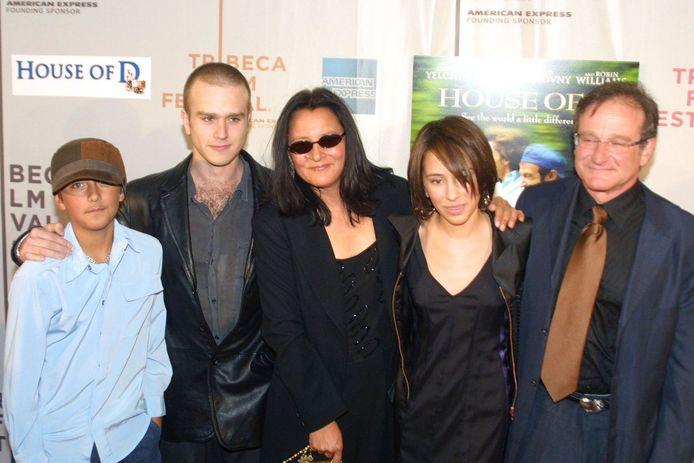Robin Williams samen met zijn ex-vrouw Marsha en kinderen Zelda, Zack en Cody (2004)