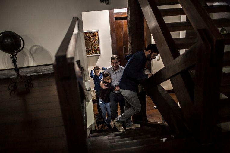 Greenwald (midden) thuis, met David Miranda en hun twee zonen. Beeld DADO GALDIERI/The New York Times