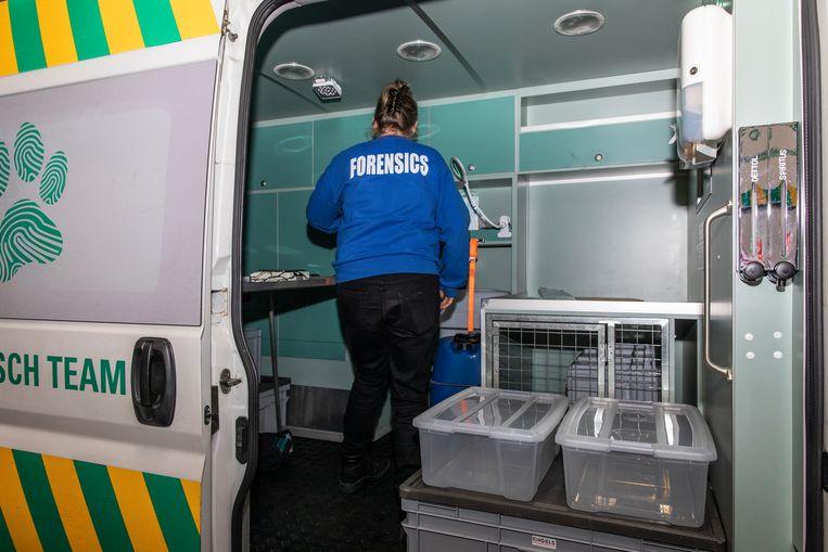 Monique bij de tot mobiele veterinaire sectiezaal omgebouwde ambulance.  Beeld Dingena Mol