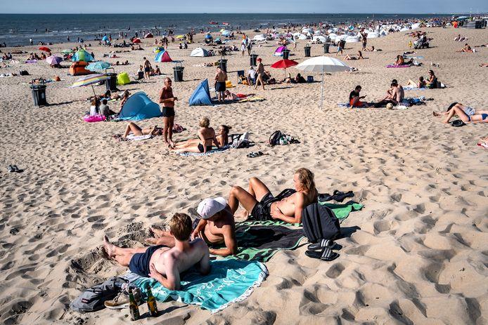 Jongeren bijeen op het strand.