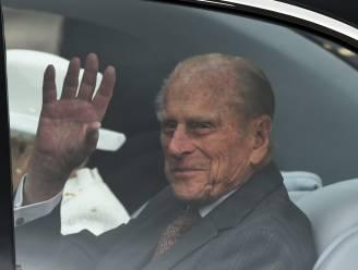 Kist prins Philip wordt vervoerd in Land Rover die hij zelf aanpaste