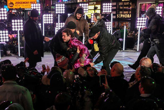 Post Malone viel van het podium tijdens zijn optreden.