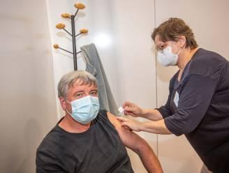 Nadat hij beschuldigd werd van vaccinatievoorsteken kreeg burgemeester Decat nu pas zijn eerste prik