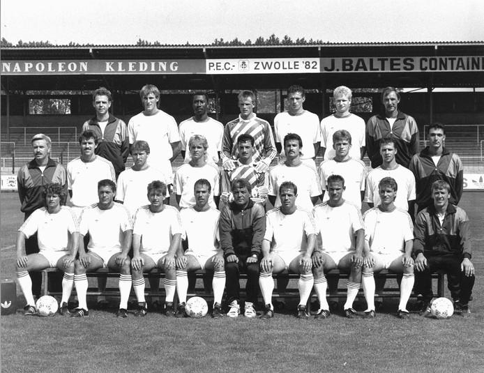 Laseroms (zittend, midden) als trainer van PEC Zwolle.