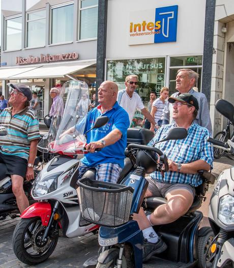 """VIDEO: Tussen de kijkmannen van de Tilburgse kermis: ,,De schoonheid? Dat kan ik niet in woorden uitleggen"""""""