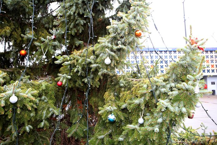 De inwoners van Landen kunnen de bomen volledig zelf versieren. De eerste ballen zijn al een feit.