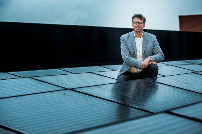 Henk van Zeijts eerder als GroenLinks- fractieleider tussen de zonnepanelen op het dak van het gemeentehuis in Lochem.