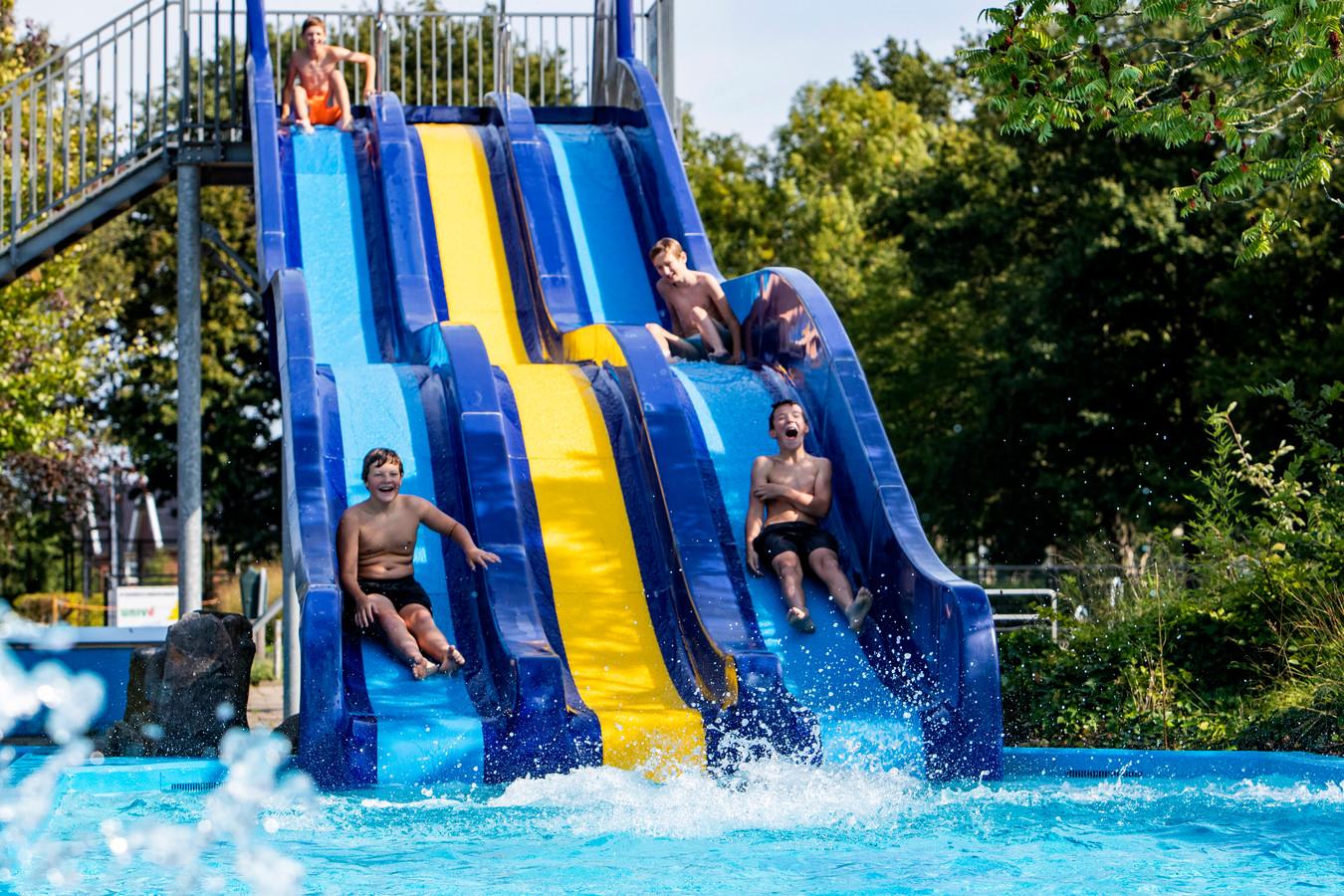 Jongeren maken nog gretig gebruik van zwembad De Schaeck in Twello.
