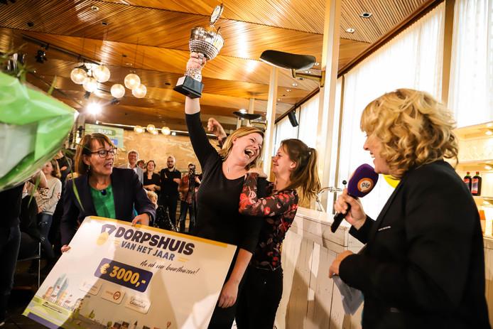 Blijdschap bij de bestuursleden Marloes van den Berg en Jolien Weevers over de titel 'Dorpshuis van het Jaar' en de bijbehorende cheque.