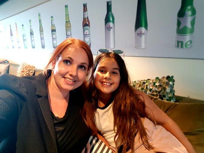 Tamara en haar nichtje Sienna in de skybox.