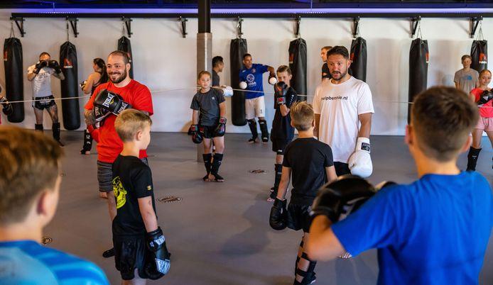 Robin van Roosmalen en Andy Souwer geven een kickboksworkshop om geld in te zamelen voor een operatie van de 9-jarige Bennie Krijbolder.