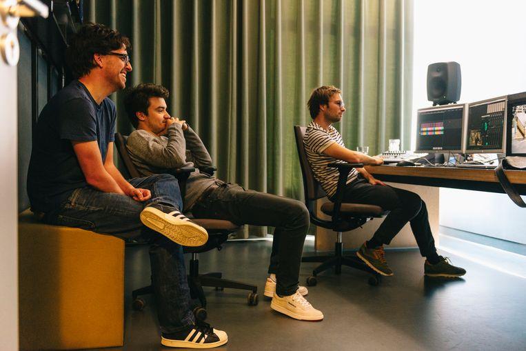 Op de redactie van 'DIW' in Vilvoorde zien eindredacteur Jelle De Beule en zijn collega's dat het goed is. Beeld Illias Teirlinck