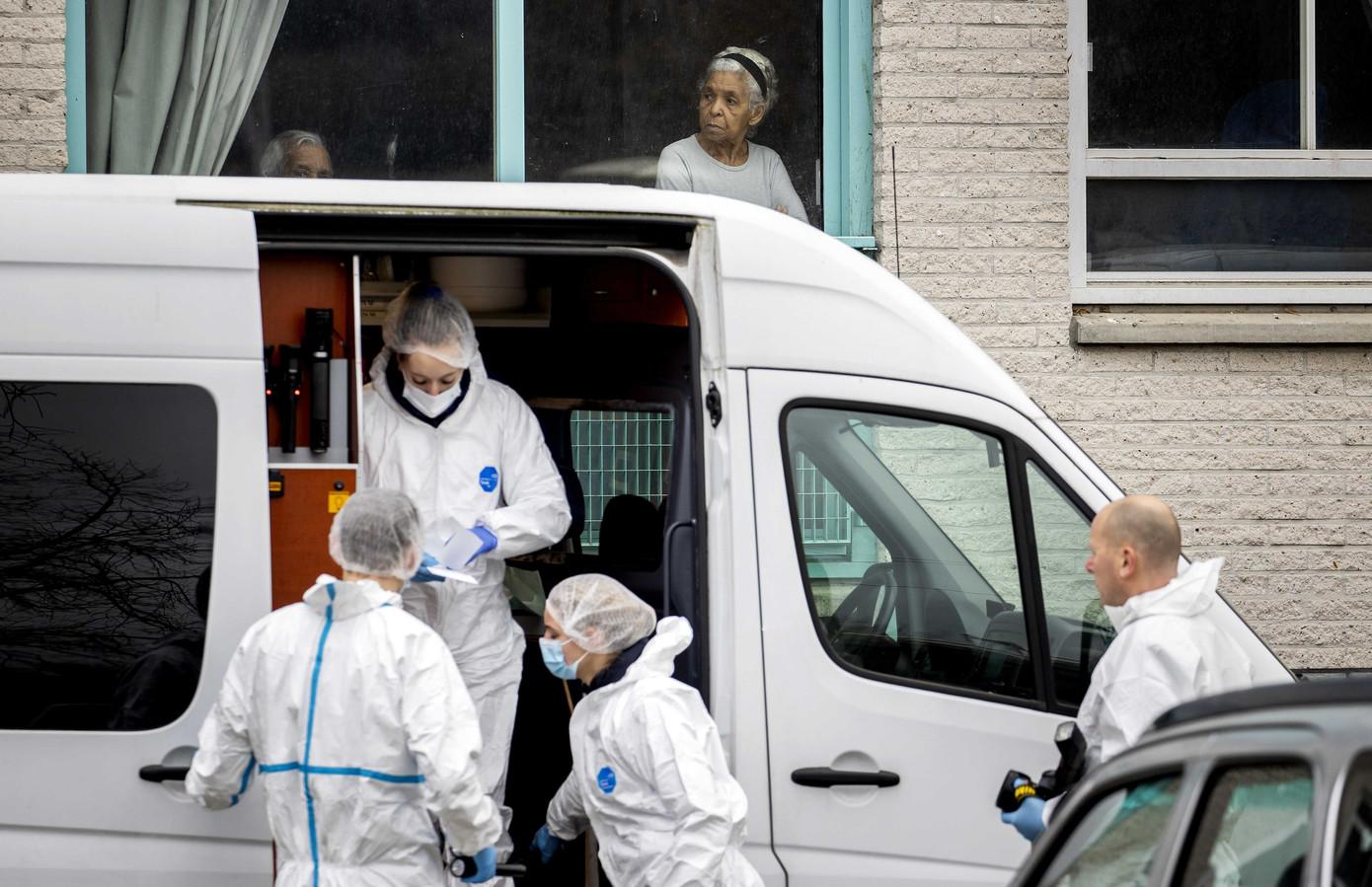 Technische recherche doet onderzoek op de Alexander Dumaslaan waar Van der Pol is neergeschoten.