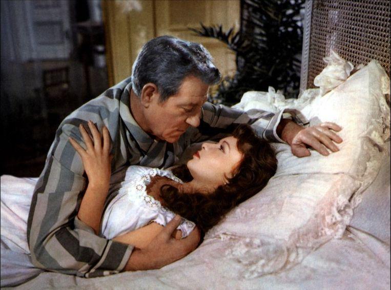 Jean Gabin en Françoise Arnoul in French Cancan van Jean Renoir. Beeld null