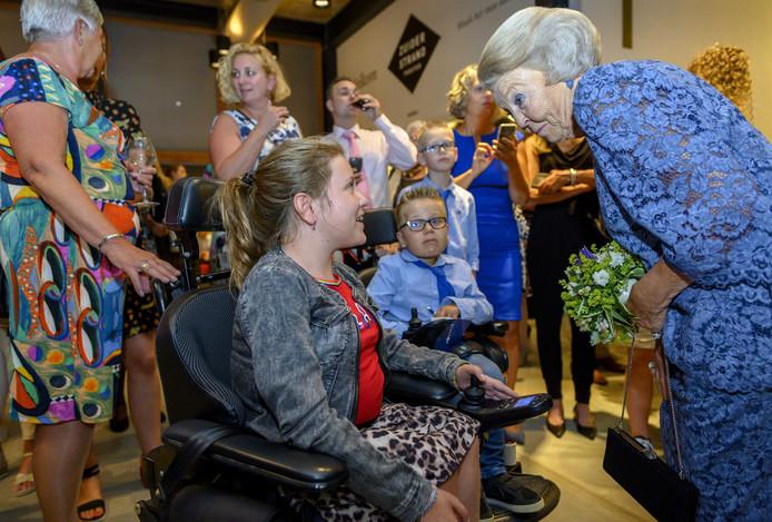 Prinses Beatrix spreekt met kinderen met de spierziekte SMA na afloop van de dansvoorstelling Free to Move