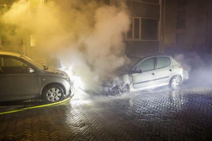 Een auto aan de Otto Veniusweg in Eindhoven brandde compleet uit.