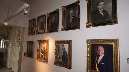 Ken jij alle burgemeesters uit de geschiedenis van Oudenburg? Portretten hangen nu uit in stadhuis