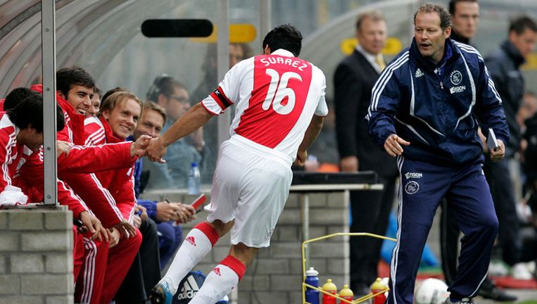 Luis Suarez scoort 0-1 en viert het met de spelersbank en assistent-trainer Danny Blind. Foto ANP Beeld