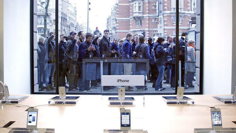 Drukte voor de Apple Store in Amsterdam bij de opening. Archieffoto. Beeld EPA