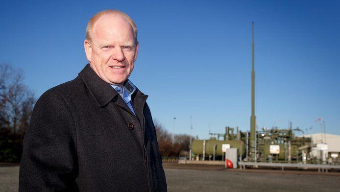 NAM-baas Gerard Schotman bij de gaswinningsinstallatie te Monster. Want wat veel mensen niet weten: ook in Zuid-Holland wint de NAM gas, zij het niet veel.