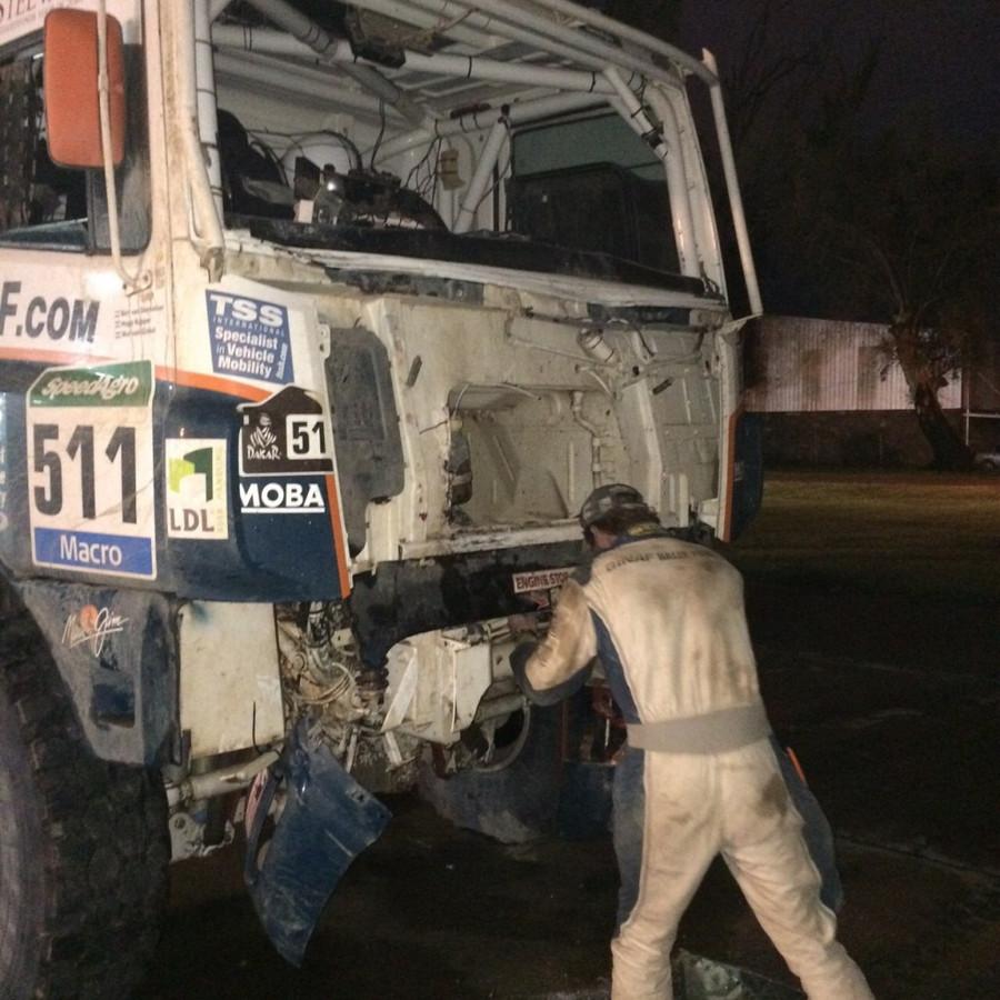 De Ginaf-truck, waarin Hugo Kupper navigeert, liep woensdag nog schade op als gevolg van de hevige regenval.