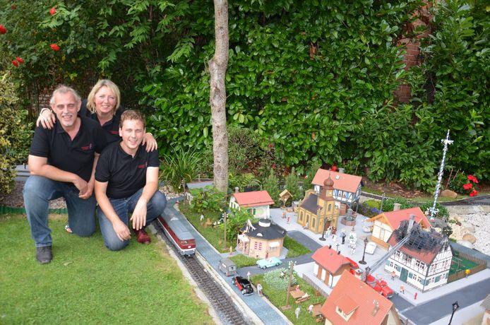 Joeri en Maxim De Donder kregen de zegen van moeder des huizes Victoria om de tuin om te bouwen tot een treintjesparadijs