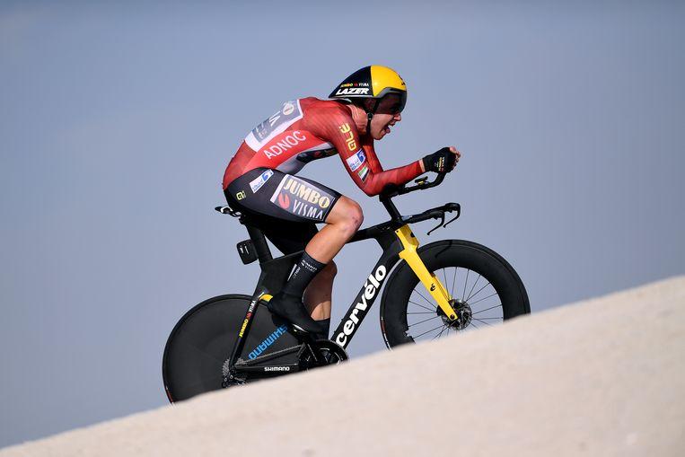 David Dekker in de rode leiderstrui tijdens de tijdrit van de UAE Tour in Abu Dhabi in februari. Beeld Tim de Waele/Getty Images