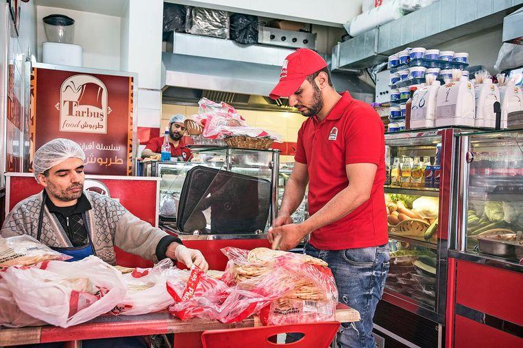 Syrische vluchtelingen in een restaurant in de wijk Capa in Istanbul Beeld Guus Dubbelman / de Volkskrant