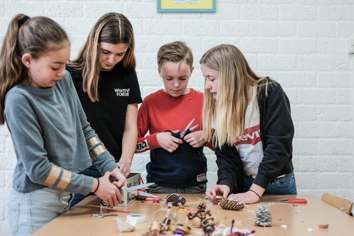 Doesburg start muziekweek op school Lerlingen van school De Wetelaar maken poppetjes  voor een zogeheten stop/go film met muziek. Het filmpje wordt zondag gebruikt bij het open podium.