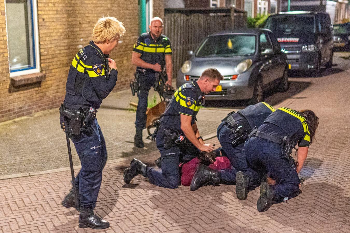 De doorgedraaide Kevin van der M. werd door agenten tegen de vlakte gewerkt.
