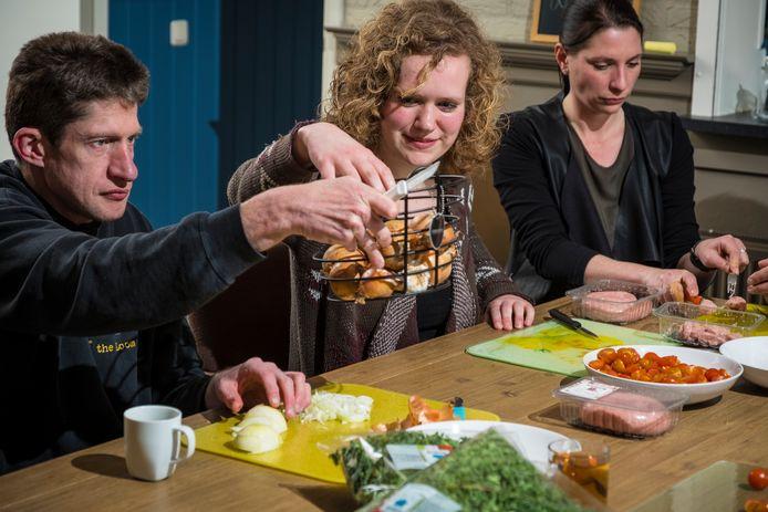 Patrice van Vemde (links), Heleen Bagerman en Antje de Geus snijden de ingrediënten voor de maaltijd.