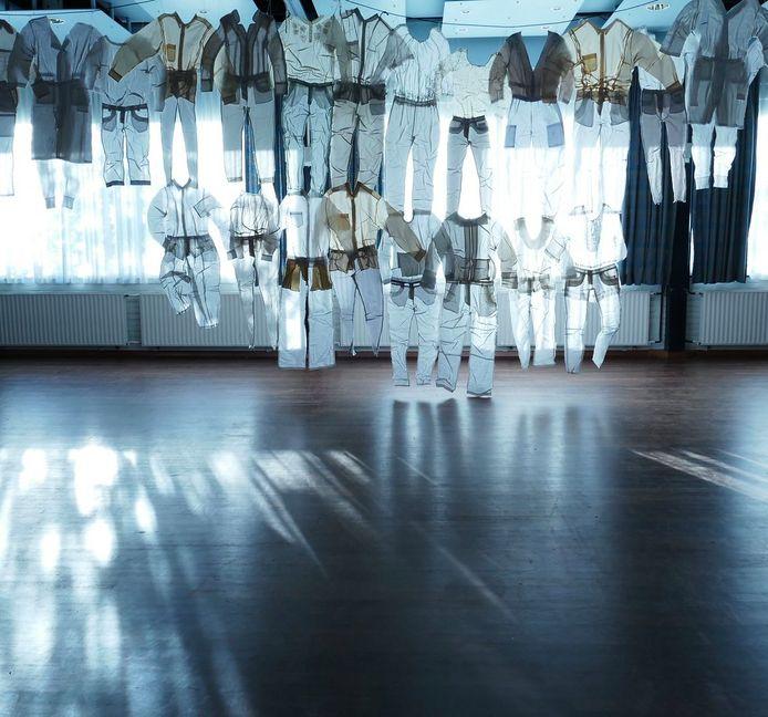 Een kunstwerk van afgedankte witte kledingstukken hangt in de Domkerk.
