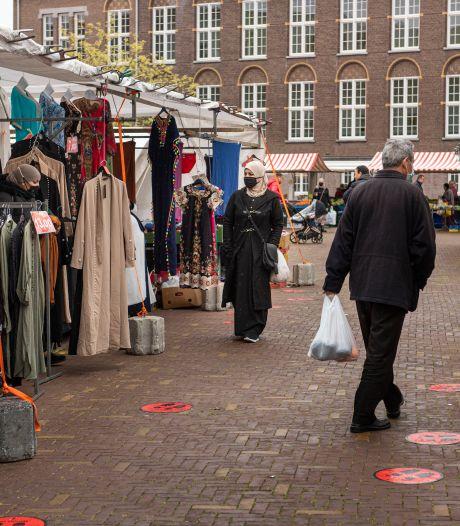 Eindelijk weer kleding op de Bredase weekmarkt: 'De sfeer is terug'