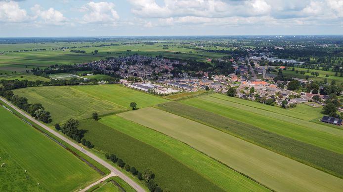 De nieuwe wijk Rouveen Zuid verrijst op de weilanden tussen het dorp, met in het midden beide basisscholen, en de Stadsweg (links).