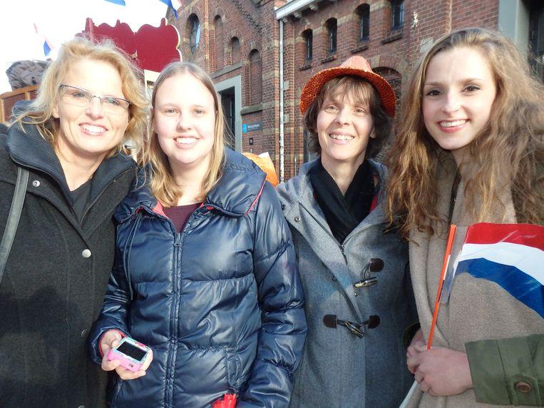Ingeborg Kuijpers, Marieke van Bers, en Sandra en Anne van Bers (vlnr), helemaal uit Oosterhout. Het opladen van de auto (half uur) duurde net zo lang als het concert. Beeld Schuim