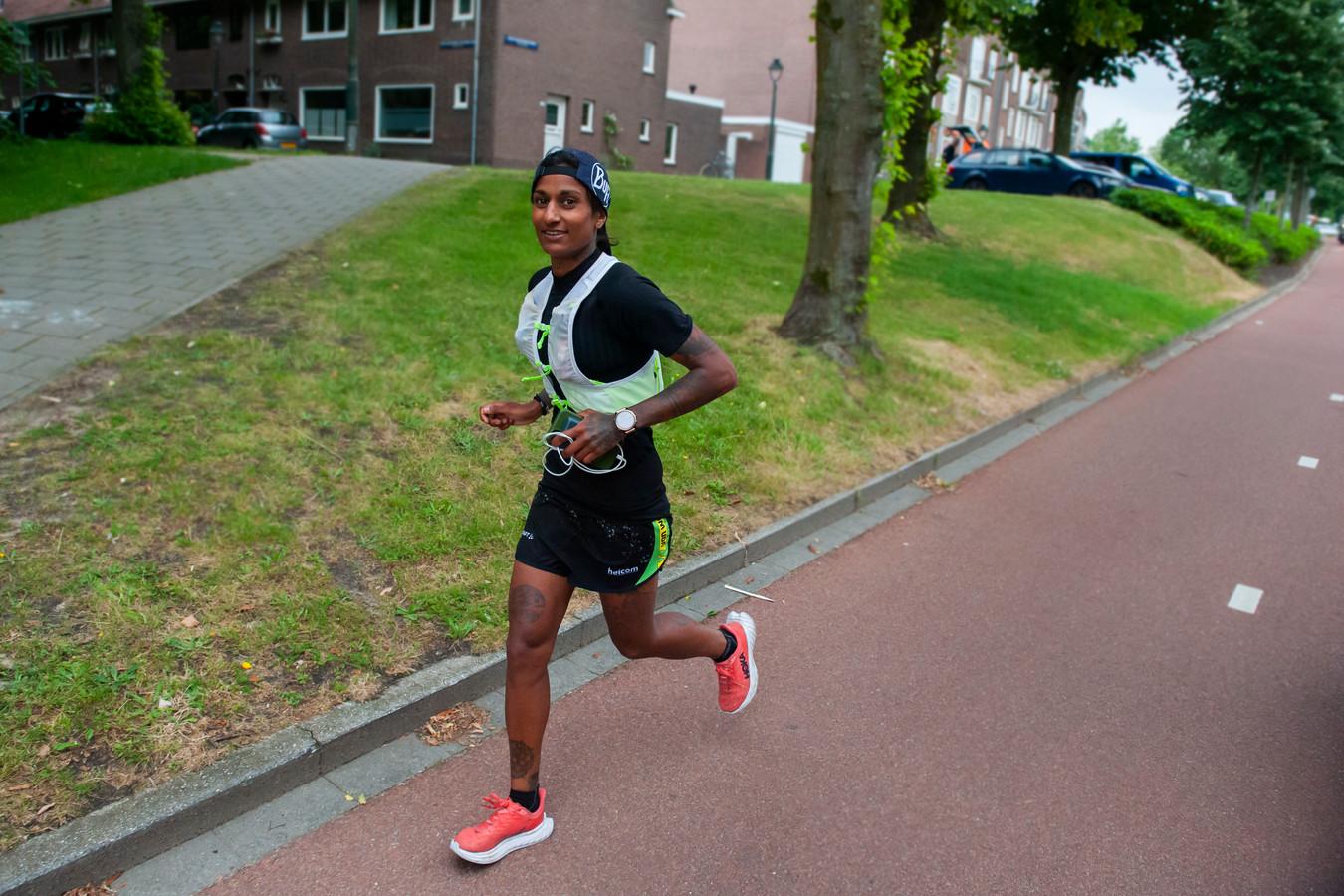 Den Bosch. Sameena van der Mijden loopt 1000 km door Nederland om aandacht te vragen voor gedwongen prostitutie. Hier loopt ze op de Rompertsebaan in 's-Hertogenbosch