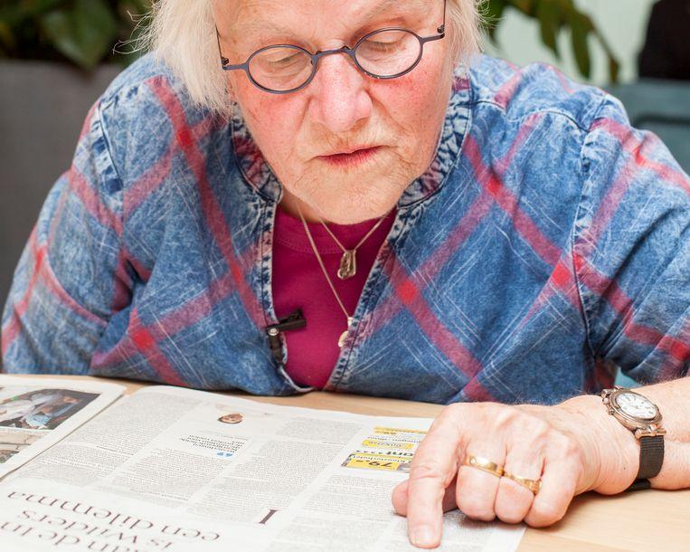 Graddie Jansen-Van Leeuwen leest de Volkskrant.  Beeld Stefanie Gratz