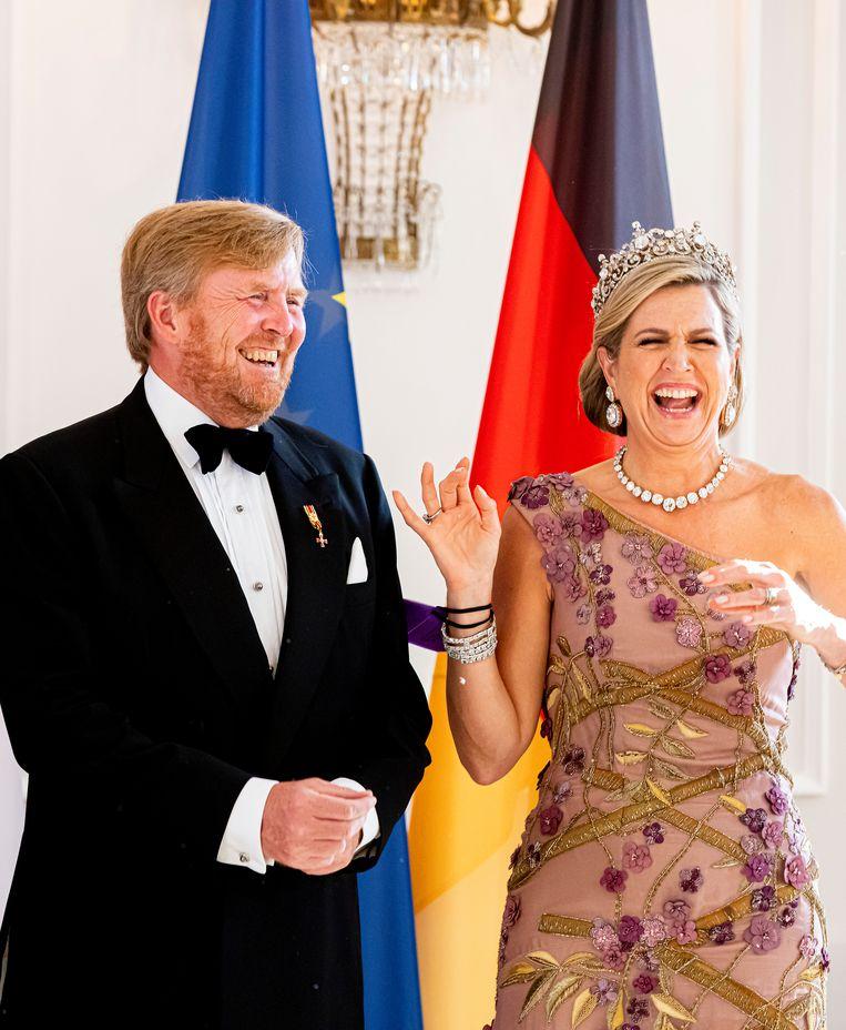 Het koninklijk paar in Berlijn. Koningin Máxima barst in lachen uit op Slot Bellevue. Beeld Patrick van Katwijk / Getty
