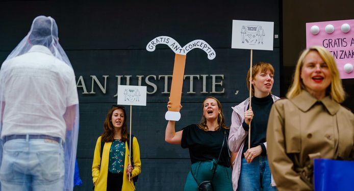 Demonstranten bij de rechtbank voor aanvang van een bodemprocedure van onder meer vrouwenrechtenorganisatie Bureau Clara Wichmann tegen de Staat. De stichting wil dat anticonceptie voor iedereen gratis wordt en dat de overheid daarvoor zorgt.